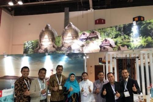 Wakil Gubernur Nusa Tenggara Barat (NTB) HJ Sitti Rohmi Djalilah (keempat dari kanan) bersama rombongan mengunjungi Paviliun Indonesia di Arabian Travel Market (ATM) Dubai, Senin (29/4). (Foto Humas Pemprov NTB). (1)
