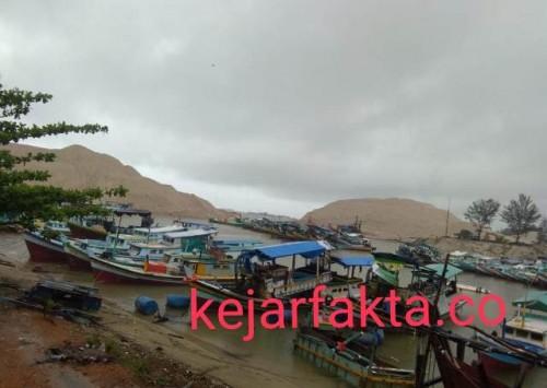 Akibat sempitya alur muara sungai pelabuhan ikan perkasa di Sungailiat Bangka membuat perahu nelayan Bangka sering terhempas gelombang dan mengalami kerusakan bahkan ada yang sampai parah.