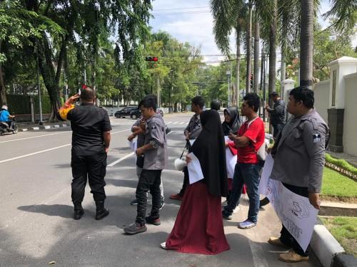Aliansi Selamatkan Hutan Batang Toru (ASHBT) melakukan Aksi Kampanye Lingkungan, di depan Konsulat Jenderal Tiongkok (Konjen) di Jalan Walikota, Medan, (Selasa 9/7/19). Foto : Cing Siregar
