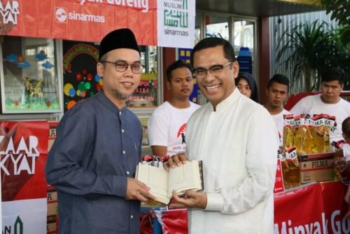 Penyerahan simbolik musaf Al Quran oleh Yayasan Muslim Sinar Mas kepada Pesantren Tahfizh Daarul Qur'an, Cipondoh, Tangerang, Banten, Jumat (24/6/2019). (Dokumentasi Sinar Mas)