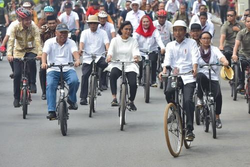 Presiden Jokowi didampingi sejumlah menteri dengan mengendarai sepeda meninjau Kota Lama, di Semarang, Jateng, Senin (30/12) pagi. (Foto: Rahmat/Humas)