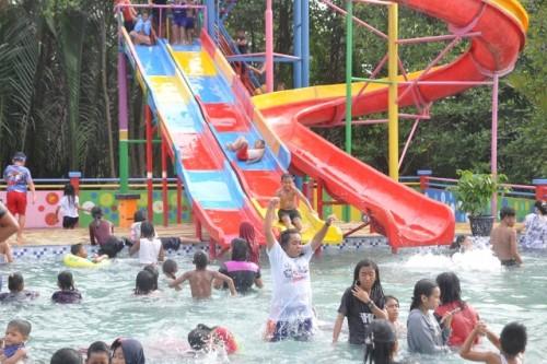 Sepekan libur sekolah Water Boom Sungai Manggar dipadati ratusan warga terutama anak-anak. Bahkan sejak dibuka satu minggu yang lalu Senin (30/12/19), Water Boom di eks lokasi pasar Mekar Jaya Manggar ini sudah memperoleh pemasukan hingga ratusan juta rup