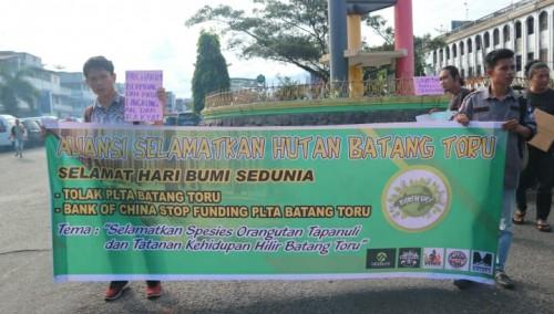 Penggiat lingkungan yang mengatasnamakan diri Aliansi Selamatkan Hutan Batang Toru (ASHBT) melakukan aksi kampanye lingkungan. (Foto: Cing Siregar)