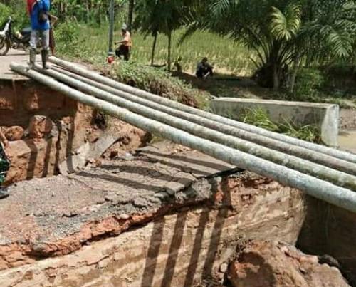 Intensitas hujan tinggi, jembatan penghubung dua Desa di OKU Selatan terputus, untuk sementara di bangun jembatan darurat. (Foto: Istimewa)